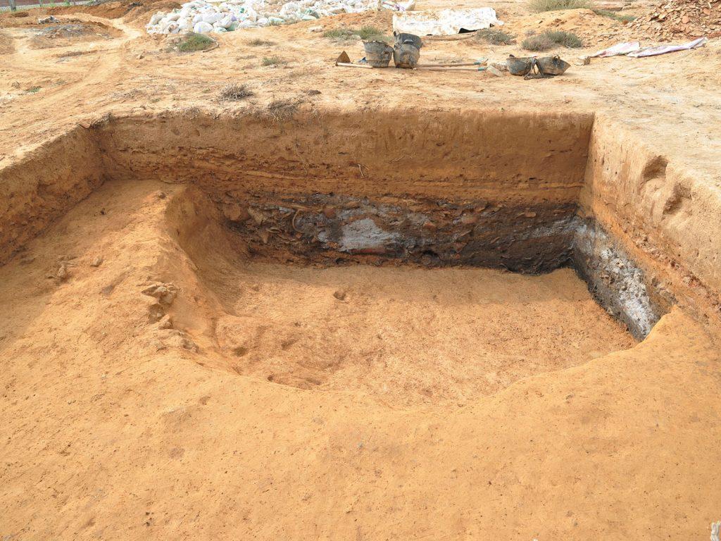 Atelier de production d'amphores : fosse d'extraction d'argile réutilisée en dépotoir domestique.